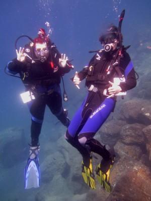 Alex Divemaster intern diving with Shevon