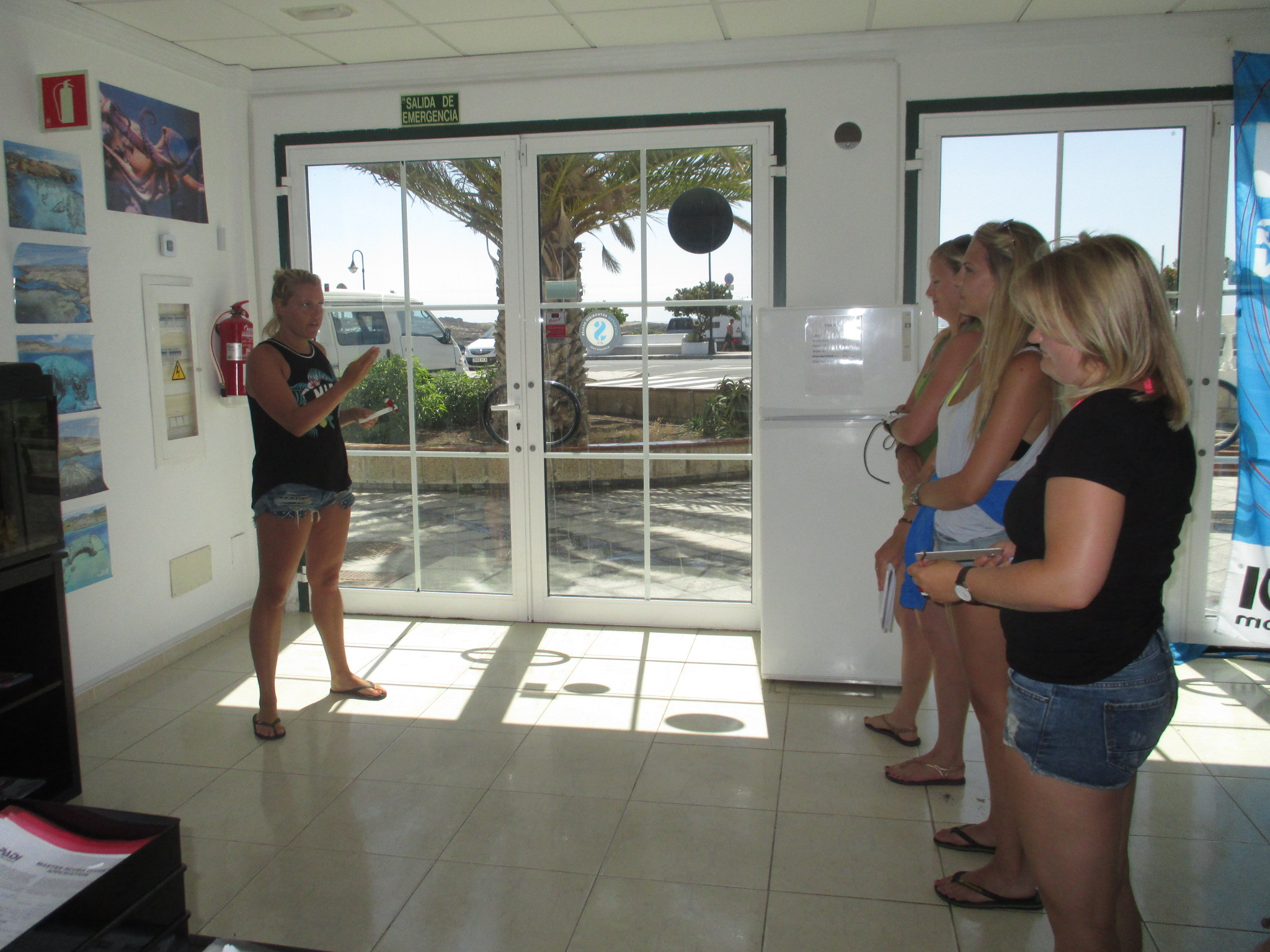 Divemaster intern Dive briefs Tenerife